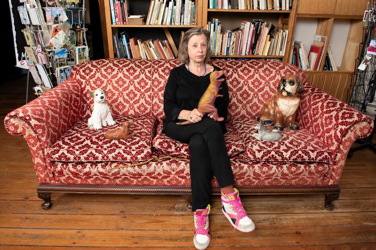 Agnès Limbos dans son canapé